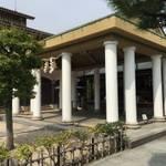 八幡 ギリシャ風の拝殿が珍しい!日本に唯一の「飛行神社」に行ってきた【珍スポット】
