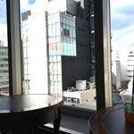 四条河原町 京都で一番空に近い「スターバックスコーヒー」はブック&カフェスタイルで。