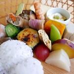 シーズン到来!!鴨川の床で、美しい京料理が詰まった名物かご盛り弁当を♡「京料理あと村」