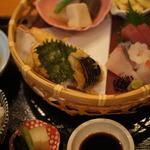 """長岡京の住宅街にひっそり佇む人気店。名物の""""かごランチ""""が人気「鮨市」"""