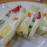 フレッシュフルーツがゴロゴロ~!っと詰まったフルーツサンドが大人気♡「フルーツパーラー ヤオイソ」