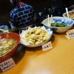 京野菜など旬の食材を使ったおばんざいがカウンターにずらりと並ぶ!「京のおばんざい わらじ亭」