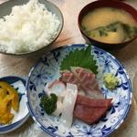 市場で新鮮な刺身をお腹いっぱい食べる!コスパ抜群のホッコリ食堂「割烹マキノ」