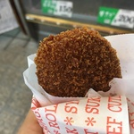 精肉店の手作りコロッケは別格の美味しさ!揚げたてホクホク!寺町美術通の「お肉の専門店 オカダ」