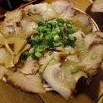 肉肉しいビジュアルの京都ラーメン!ニンニクのパンチが効いた豚骨醤油「桃花春(とうかしゅん)」