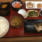 お刺身もついた焼き魚定食は500円という驚きのコスパ☆六地蔵の「さかなや」というお魚屋さん
