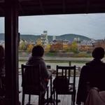 鴨川を眺めながらまったりと!窓際は早いもの勝ちの人気席「Kawa Cafe (カワカフェ)」
