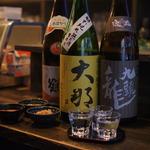 先斗町で日本酒の飲み比べを!カラオケも楽しめる!真っ黒な京町家造りのバー「酒BAR」