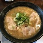 鶏と豚骨の旨味と甘味がたっぷり!濃厚ラーメン好きにオススメ!紫野の「麺や笑門」