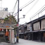 伝統的な町屋が立ち並び石畳が美しい!風情たっぷりの「祇園新橋」をぶらり!