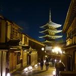 幻想的な灯りがいけばなと石畳を照らす!京都の新たな風物詩、京都・東山花灯路2017