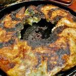 肉感の強い鉄鍋ぎょうざとお酒の中華バル!三条木屋町の好立地「GYOZA BAR 杏っ子」