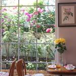 京都屈指のローズカフェ・嵐山「La Vie en Rose(ラビアンローズ)」今が見頃ですよ【季節の花】