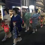 篠笛の音と美しい芸舞妓さんが祇園東エリアを練り歩きます「観亀稲荷神社 宵宮祭」