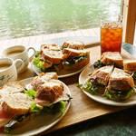 エメラルドグリーンの海を一望できる海辺の絶景カフェ「Cafe du Pin(カフェドパン)」で癒しのランチタイム♡