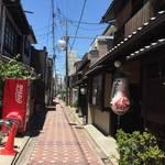 【京都遺構めぐり】かつては貴族の邸宅が並ぶ平安京の大路!今では極狭の幻の商店街が残る「六条通商店街」
