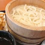 毎月1日は自慢の釜揚げうどんが半額!職人の手打ちうどんが美味い「丸亀製麺 」