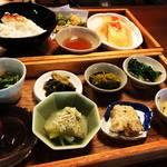 【京都ランチめぐり】予約必須!人気すぎる滋味あふれる一汁十菜のおばんざい2段弁当☆「出町ろろろ」【出町柳】