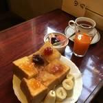 《京の朝食の新定番》売り切れごめんの百花繚乱トースト「喫茶回廊(かいろう)」【新京極】