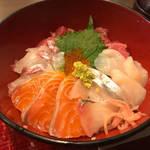 京都の有名店ご用達の魚屋で美味い海鮮丼を!夜は立ち飲みも!府庁前の「魚菊(うおきく)」