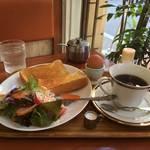 世界中から観光客が押し寄せる伏見稲荷に佇む、まったり喫茶店☆「サムタイムマコ」