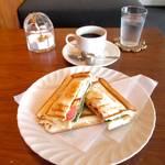 伏見稲荷駅の真ん前!耳までさっくりのおススメホットサンド「カノコカフェ」