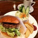 【京都モーニングめぐり】朝からボリューミーハンバーガー!老舗喫茶の昭和レトロ空間☆「喫茶 萩」