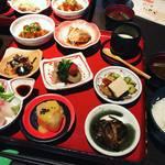 【京都ランチめぐり】9種のおばんざいにかまど炊きご飯付で980円!京町家でゆるりとランチ「みます屋 おくどはん」