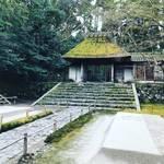【京都寺めぐり】季節の絵柄が名物の白砂壇は早春の風景!椿も艶やか☆鹿ケ谷「法然院」