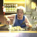 京都の文化遺産的 鉄板焼き店|おばぁちゃんの焼きそば健在!「大とら」【堀川五条】