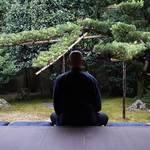 心も身体も少し楽になる。京都で体験する「夜空の坐禅」