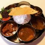 【京都ランチめぐり】南インド系の多彩なスパイスカレーが絶品☆「ナヤインディア ヌール」