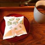 【京都和菓子めぐり】下鴨神社スグの朝から客が殺到する老舗!作りたてイートインも☆「阿闍梨餅本舗 満月」