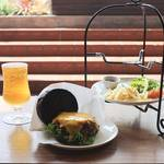 """嵐山の新名所!?めちゃうま""""黒いハンバーガー""""が人気「CROSS Burger & Beer/Coffee」"""