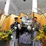 京都国立博物館の新春イベント、イケメン華道男子グループ「IKENOBOYS」のいけばなパフォーマンス