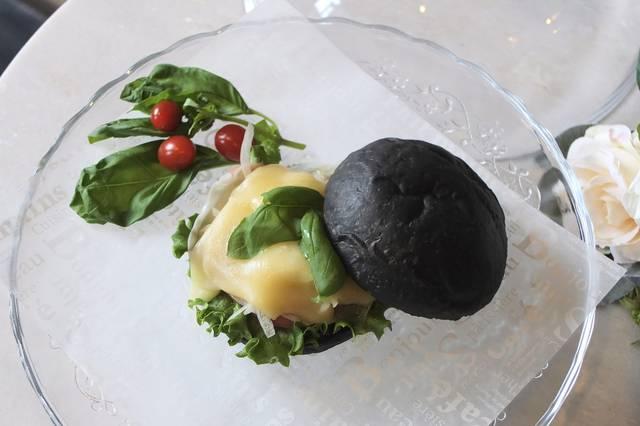 """【嵐山カフェ】""""黒いハンバーガー""""が人気「CROSS Burger & Beer/Coffee」1/20より新メニュー登場♥"""