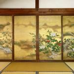 【霊鑑寺】金色の障壁画と緑豊かな庭園 特別公開の楽しみ方