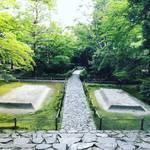 【京都お寺めぐり】梅雨入り前の新緑空間!参道はガラスのオブジェを配した野外ギャラリー☆「鹿ケ谷法然院」