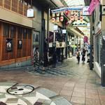 【京都街角ぶらり】新京極通りの七不思議のひとつ!かつての平安京がよみがえる☆「たらたら坂」