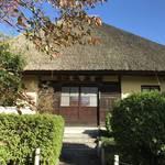 【京都お寺めぐり】茅葺屋根の本堂が見ごたえあり!伏見稲荷大社にもスグの穴場紅葉スポット「瑞光寺」