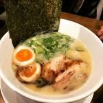 同志社大学前、夜もにぎわう繁盛店!鶏豚骨ポタージュの魅惑スープ「麺屋愛都」