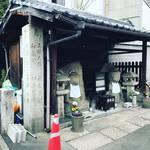 【京都街角ぶらり】京都大学スグ!街道沿いの巨大地蔵の脇に建つ石造り史跡「北白川西町道標」