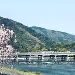 【2020京都桜風景】新型コロナの影響で閑散☆世界中を魅了する桜の観光名所「嵐山・渡月橋」