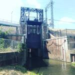 【京都ぶらり】伏見酒蔵風景の水路先にあるレンガ建築!水位調整など治水設備「平戸樋門(ひもん)」