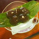 日本庭園を眺めながらホンモノのわらびもちが食べられる『茶寮宝泉』