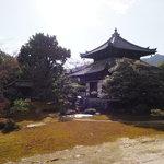 嵐山が借景!日本最古の平庭式枯山水庭園がある『鹿王院』