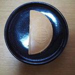 きれいな半月形をしている『寛永堂』の「宮乃月」は上品な美味しさ
