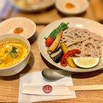 一口で3段階の味が!夏野菜のタイ風キーマつけうどん「京都四条 くをん」