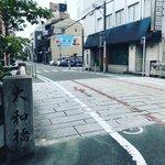 【京都ぶらり】人気観光スポット祇園白川の石橋☆四季折々の彩り見せる「大和橋」