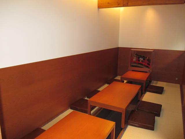 雰囲気抜群の奥のテーブル席